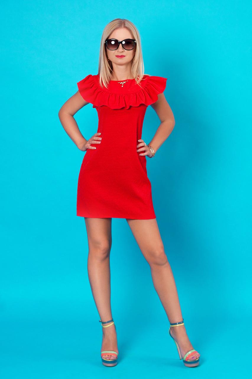 Летнее красное короткое платье с аккуратной рюшей