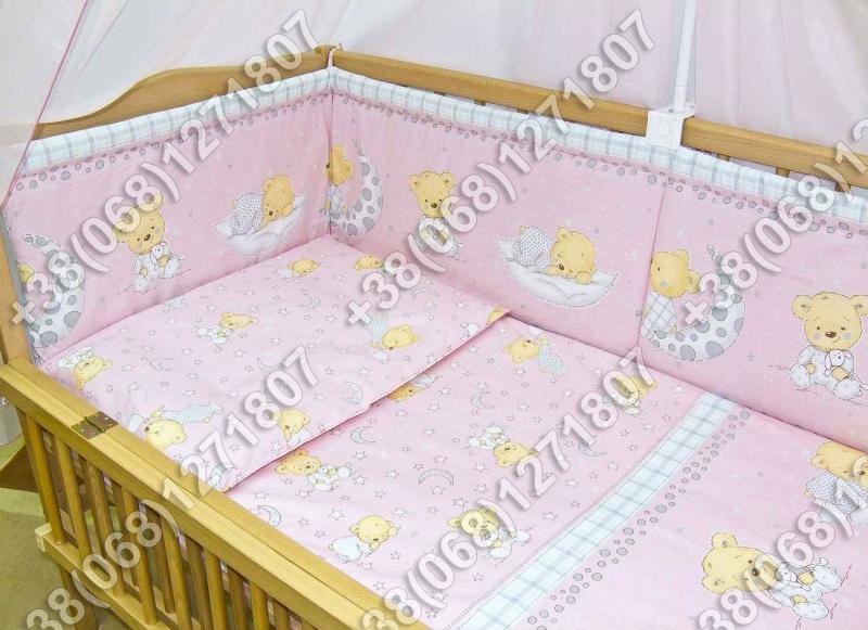 Бортики в детскую кроватку защита бампер Мишка на месяце розовый
