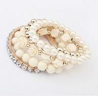 Многослойный белый браслет  с бусами, камнями и розами