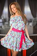 Романтичное женское платье в цветочек с оголенными плечами и ярким контрастным поясом полированный коттон