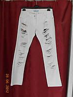 Рваные белые джинсы
