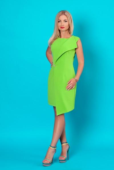 Приталенное женское платье без рукавов зеленого цвета