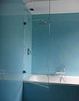 Стеклянная шторка для ванной  распашная