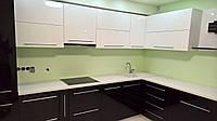 Черно-белая глянцевая кухня с белой столешницей, фото 1