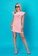 Модное молодежное платье в нежно-розовом цвете с рюшами по линии декольте