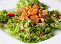 """Зелёный салат с лососем под соусом""""Пармезан"""""""