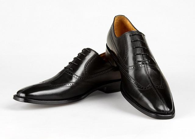 Традиционная мужская летняя обувь против не традиционной
