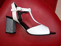 Белые  лаковые босоножки на каблуке  Nivelle.