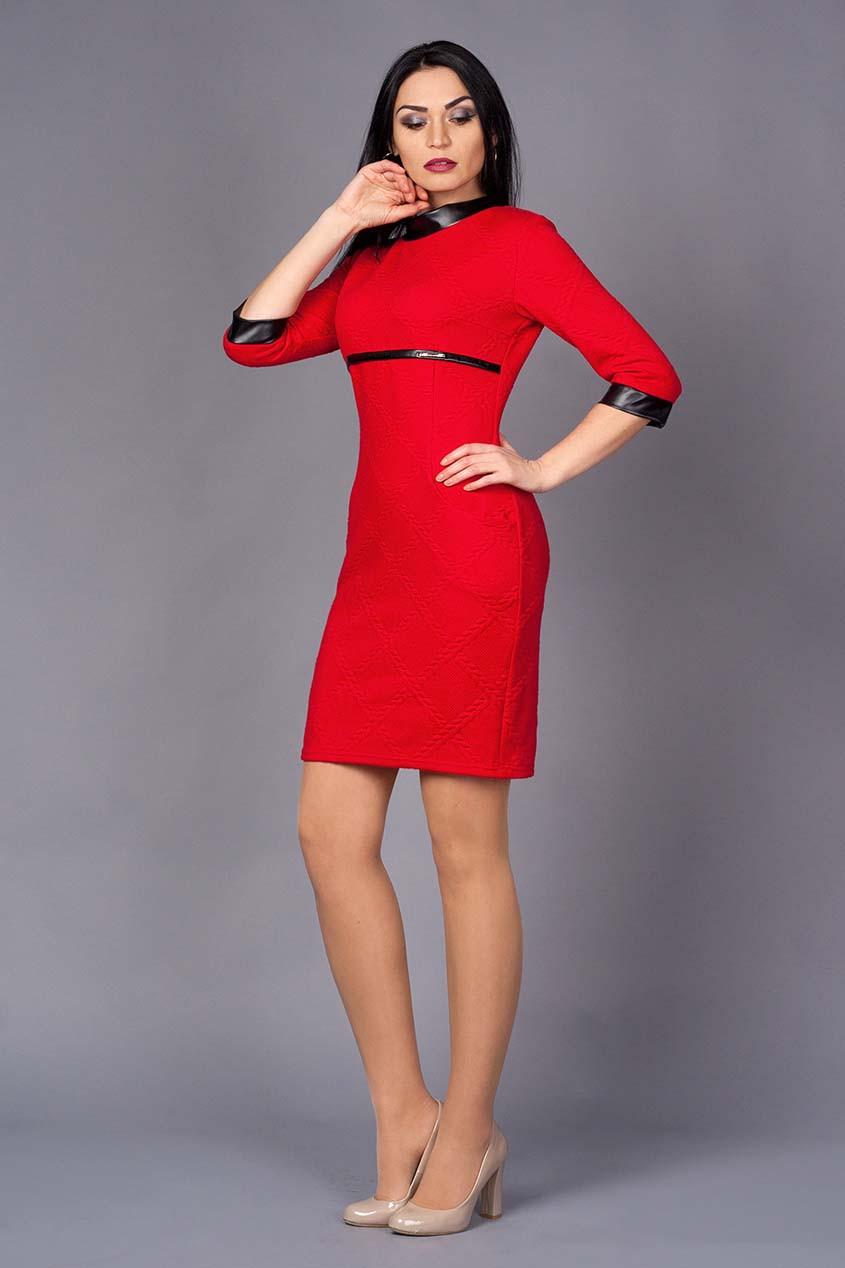 Приталенное платье с отделками кожи