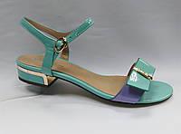 Открытые цветные босоножки на низком каблуке .