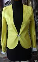 Желтый пиджак приталенного кроя