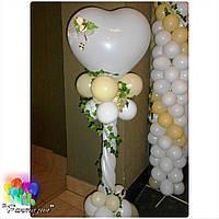 Свадебная стойка из шаров, декорированная цветами