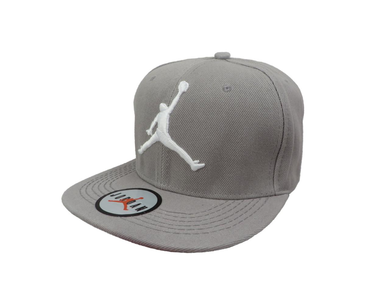 Светло серая кепка Jordan с белым логотипом (реплика)