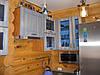Кухня з дерев'яними фарбованими фасадами