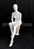 Манекен женский лакированный сидящий белый