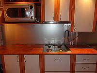 Стеклянный кухонный фартук с покраской металлик