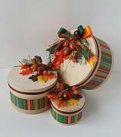 Осенняя круглая подарочная коробка ручной работы с желудями и яркими листочками