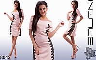 Женское приталенное платье с открытыми плечами и кружевом.