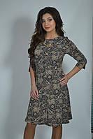Красивое женское трикотажное платье в бежевом принте