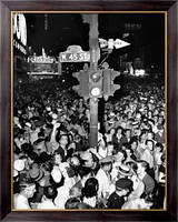 Картина  Толпа  на Таймс-сквер во время объявления окончания войны с Японией , Неизвестен