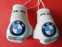 Боксерские перчатки в машину на стекло сувенир брелок  белые BMW X5