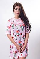 Женское короткое платье со вставками гипюра с цветочным принтом