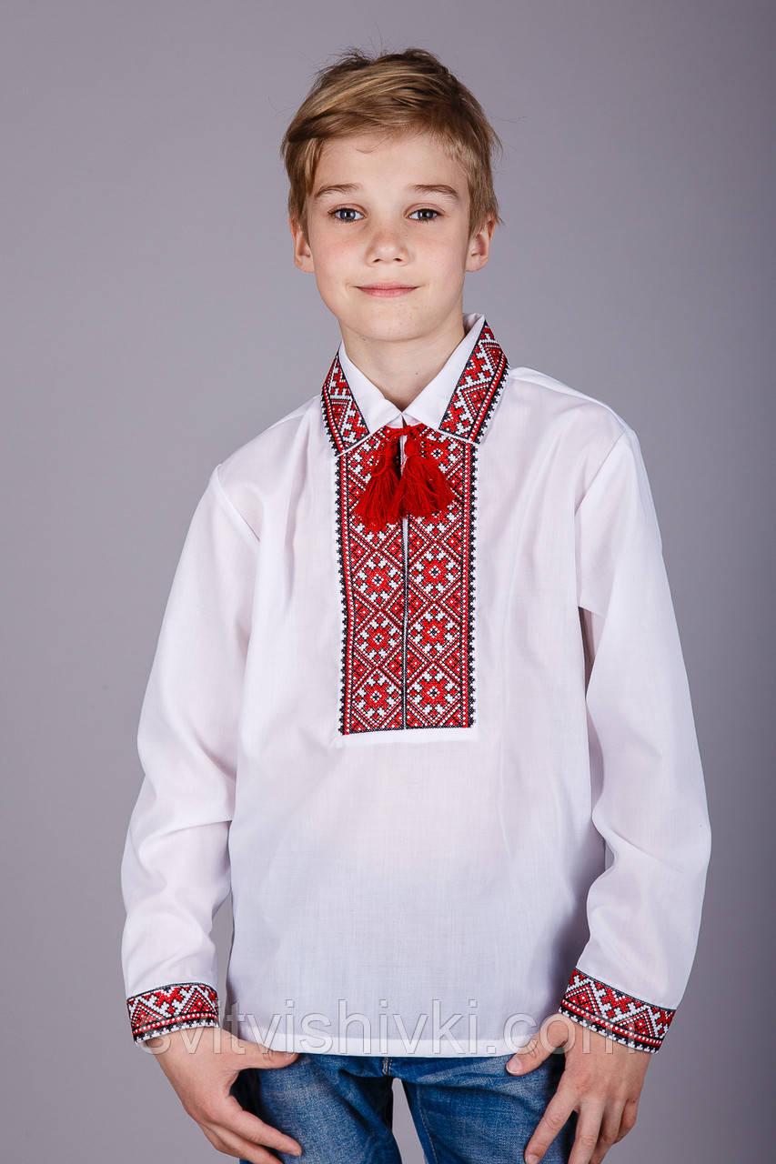 Хлопчача сорочка з комірцем і червоним орнаментом