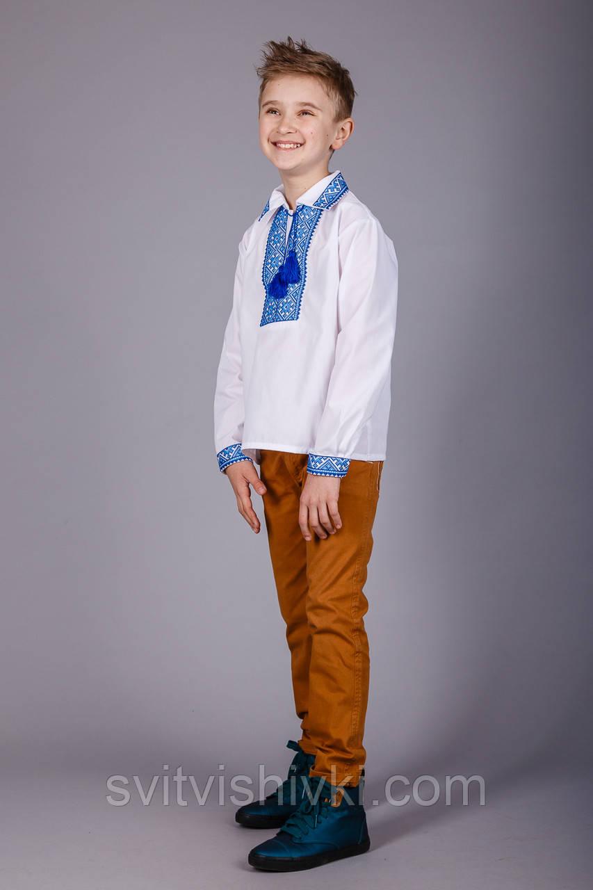 Хлопчача сорочка з комірцем і синім орнаментом