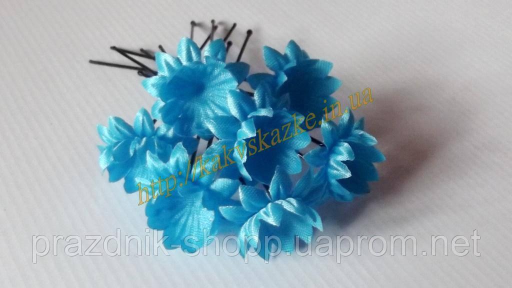 Шпилька с голубым цветочком.