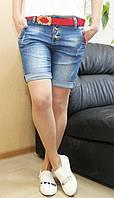 Женские джинсовые шорты бойфренды с красным поясом полубатал