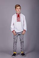 Вышитая рубашка крестиком на белом батисте с красным узором на подростка