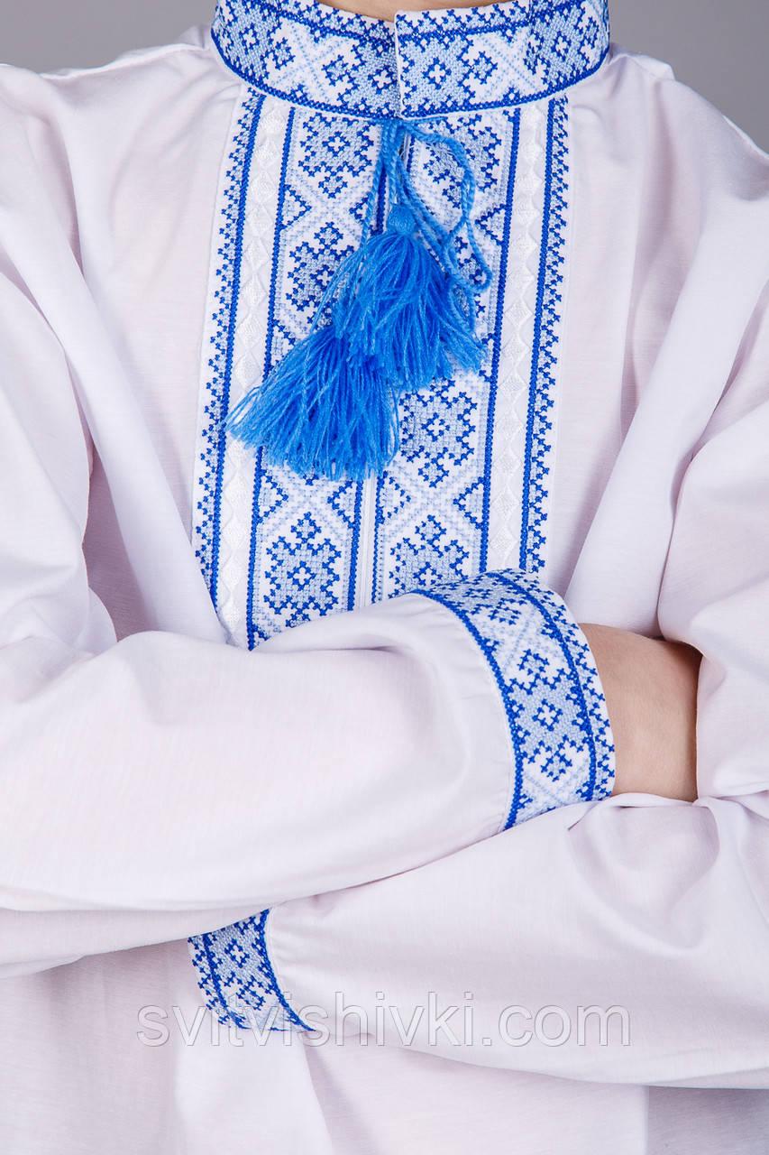 Вишита сорочка хрестиком на білому батісті з синім візерунком на підлітка