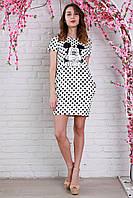 Короткое молодежное платье прямого силуэта в горошек.