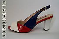 Босоножки лаковые разноцветные на устойчивом каблуке с маленьким вырезом под пальчик