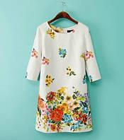 Элегантное женское платье молочного цвета с цветочным принтом