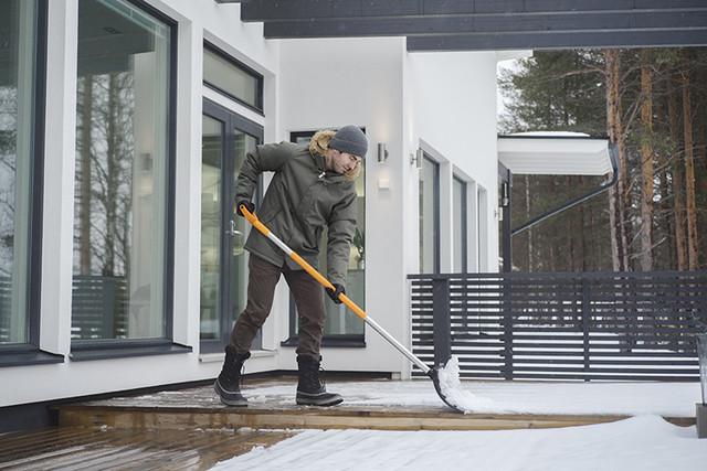 Скрепер для уборки снега Fiskars