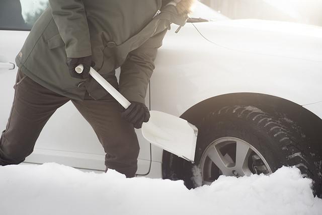 Автомобильный совок для уборки снега Fiskars
