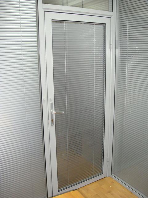 Распашные двери алюминиевые