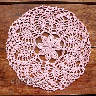 Вязаная салфетка круглая розовая