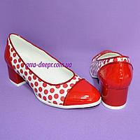 Женские кожаные туфли на невысоком каблуке в красный горошек
