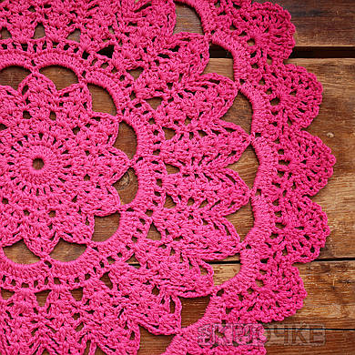 Вязаная салфетка круглая ярко-розовая