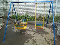Детские качели для улицы трехместные на цепях.