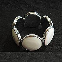 Браслет на резинке перламутр в металлической оправе круглые камни