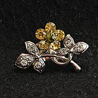 [20/17 мм] Брошь светлый металл Веточка со стразами и цветком из золотистых камней с зеленым камнем в центре