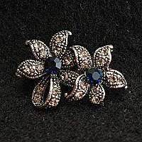 [20/30 мм] Брошь металл под капельное серебро со стразами два цветка, выполненные в маленьком и большом размере, с синими камнями в центре