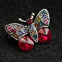 [10/20 мм] Брошь светлый металл Бабочка в камнях  ярких сочных цветов с двумя крупными ярко-красными камнями