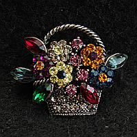 [28/33 мм] Брошь темный металл Корзина с цветами, усыпанная разноцветными камнями насыщенных цветов