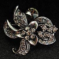 [30/30 мм] Брошь металл под капельное серебро в цветочном дизайне со стразами и круглым прозрачным камнем