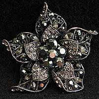 [55/60 мм] Брошь металл под капельное серебро Цветок ажурная со стразами темных оттенков