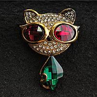 [43/55 мм] Брошь желтый металл кошка со стразами на мордочке,  а так же красными и бирюзовыми камнями на очках и теле кошечки